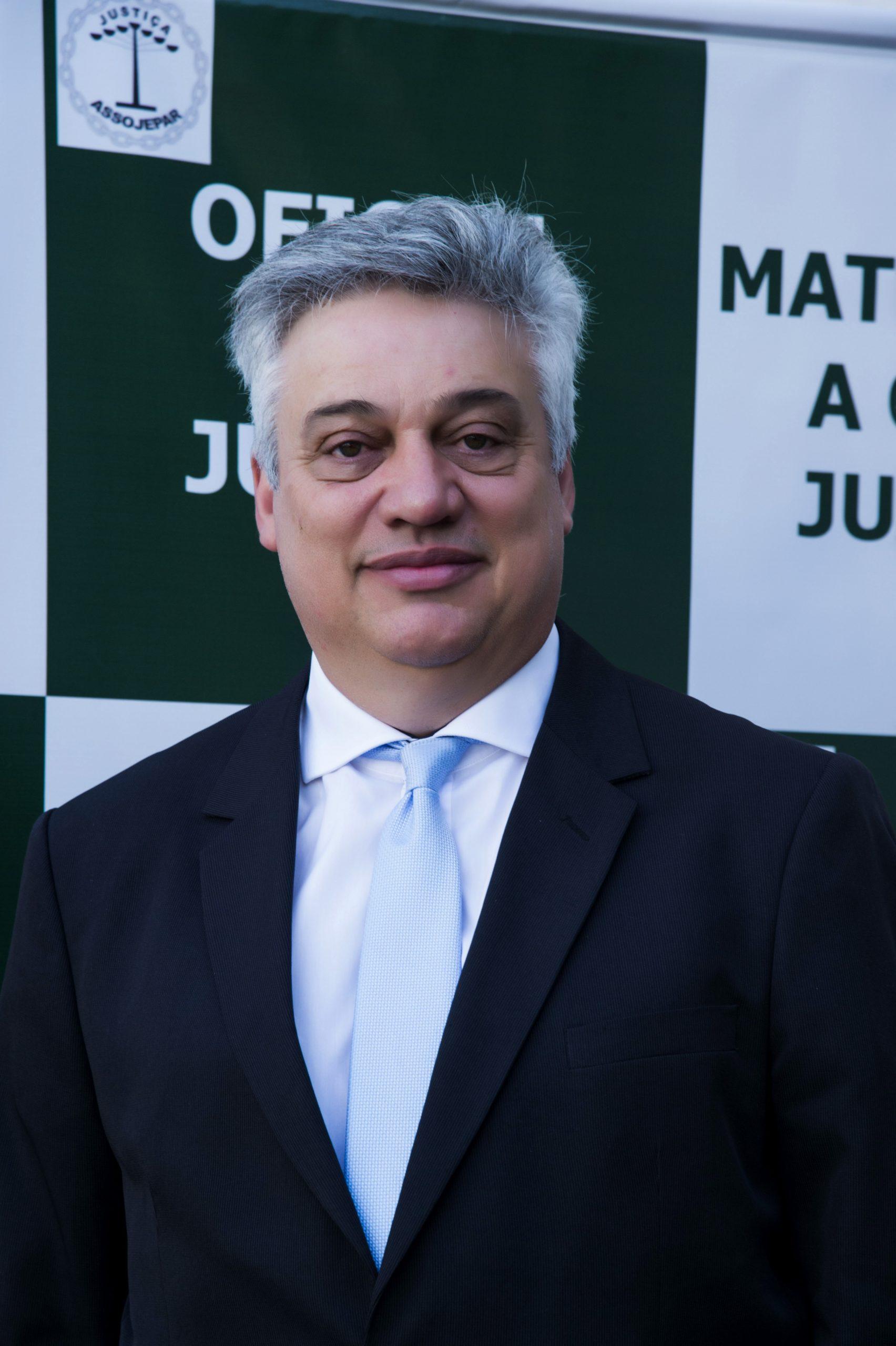 Arno Roberto Boos entrou para o cargo público em 1995. Trabalhou na direção do fórum de Curitiba entre 1985 e 1987. Foi o primeiro Oficial de Justiça das Cartas Precatórias criminais. Graduado em Administração com ênfase em Marketing, pós graduado em Projetos na área d Economia, Gestão de pessoas atualmente pós graduando em Perícia de Avaliação Patrimonial de Bens e Direitos.